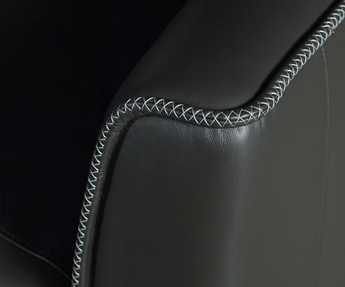 Zbliżenie na ozdobne przeszycie czarnego fotela Alto z kolekcji marki Kler.