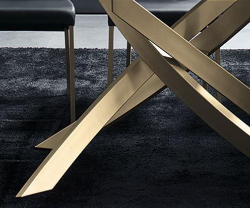 Detal na złota podstawę stołu Artistico firmy Bontempi z oferty Kler.