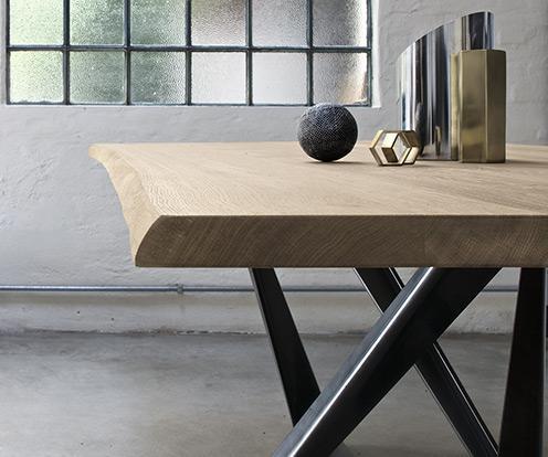 Detal na piękny drewniany blat stołu Millenium firmy Bontempi z oferty Kler.