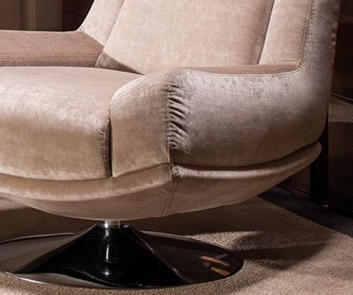 Zbliżenie na fragment podłokietnika fotela Kler Andante, wykonanego w beżowej tkaninie.