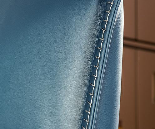 Detal na skórę i szew łóżka Balletto firmy Kler w kolorze niebieskim.