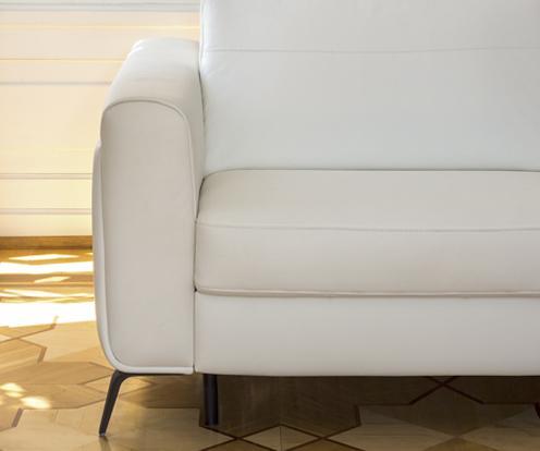 Zbliżenie na biały podłokietnik narożnika Bolero z oferty firmy Kler