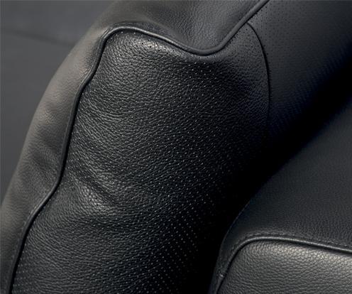 Zbliżenie na perforację czarnej skóry oparcia narożnika Figaro Uno z oferty Kler