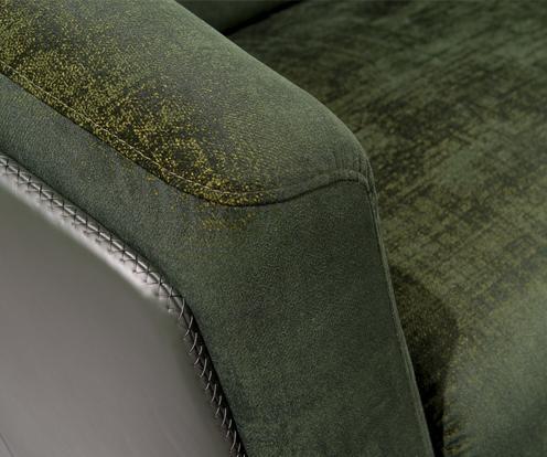 Podłokietnik sofy Kler Gondoliere, wykonany z zielonej tkaniny i skóry z dekoracyjnym przeszyciem.