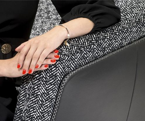 Dekoracyjne przeszycie czarnej skóry podłokietnika sofy Gondoliere marki Kler