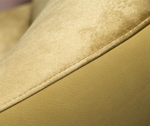 Dekoracyjne przeszycie podłokietnika fotela Kler Cornetta w złotym kolorze