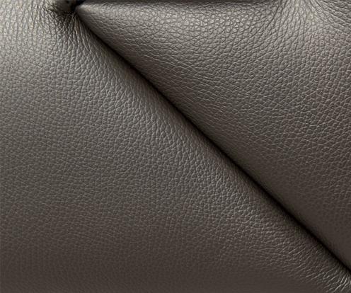 Zbliżenie na fakturę brązowej skóry użytej w kolekcji Fiorello marki Kler.