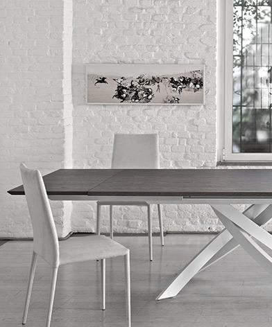 Zbliżenie na stół Artistico firmy Bontempi z oferty Kler. Stół z drewnianym blatem i piękną, białą podstawą.