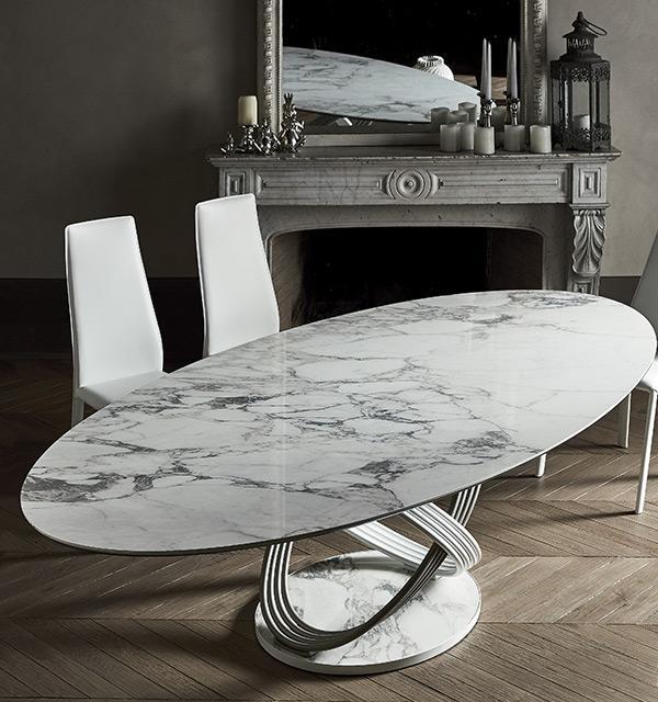 Stół Fusion firmy Bontempi z oferty Kler. Piękny z owalnym, marmurowym blatem i oryginalna podstawą, w towarzystwie dwóch krzeseł.