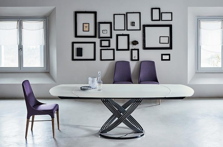 Stół Fusion firmy Bontempi z oferty Kler. Piękny z jasnym, blatem i oryginalną podstawą.