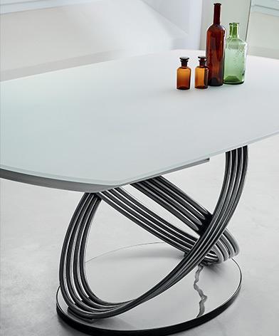 Zbliżenie na stół Fusion Bontempi  z oferty Kler. Stół z owalnym, białym blatem z oryginalną, metalową podstawą.