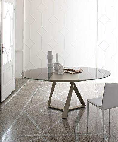 Stół Millenium z oferty Kler firmy Bontempi. Stół z okrągłym blatem na nowoczesnej, czarnej podstawie.