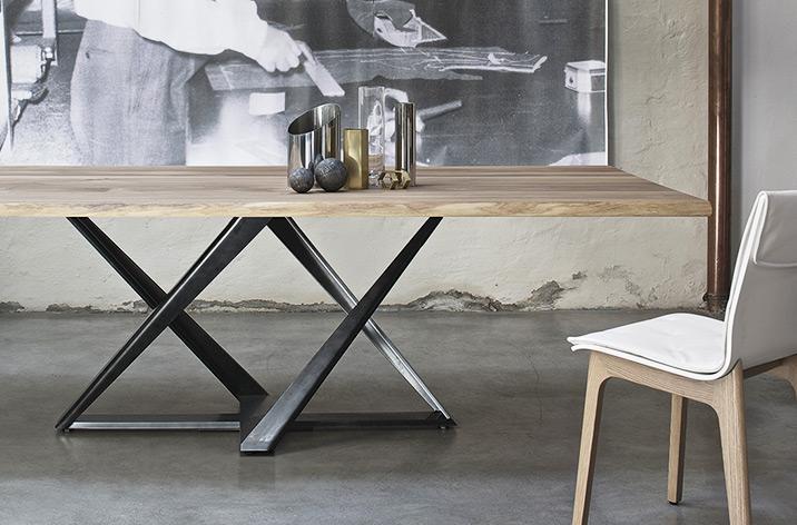 Stół Millenium Bontempi z oferty Kler. Stół z drewnianym blatem na nowoczesnej, czarnej podstawie.