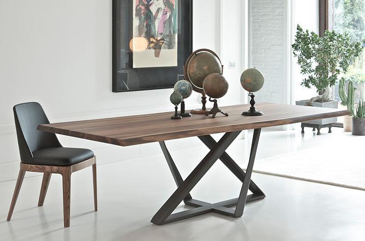 Stół Millenium z oferty Kler firmy Bontempi. Stół z drewnianym blatem na nowoczesnej, czarnej podstawie.