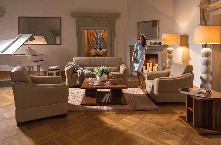 Kolekcja mebli Kler Arpeggio: sofa i fotele, umieszczone w przestronnym salonie.