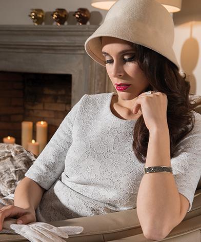 Kobieta siedząca w wygodnym fotelu Kler Arpeggio
