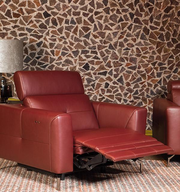 Kler Riposta - elegancki fotel w kolorze bordo z rozłożonym podnóżkiem.