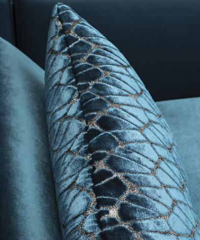 Zbliżenie na fakturę tkaniny z której wykonano niebieską poduszkę. Kolekcja Diva marki Kler