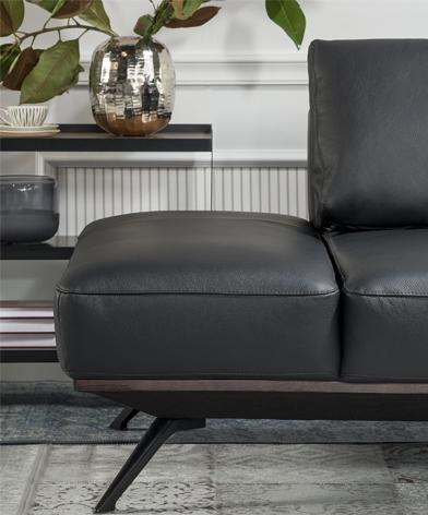 Zbliżenie na elegancki podłowietnik sofy Kler Figaro Uno w czarnej skórze licowej.