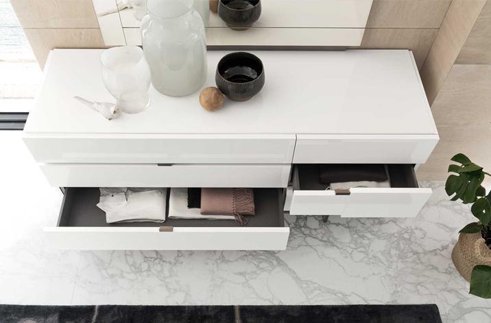 Biała komoda z piętrami szuflad z kolekcji Artemide z oferty Kler.