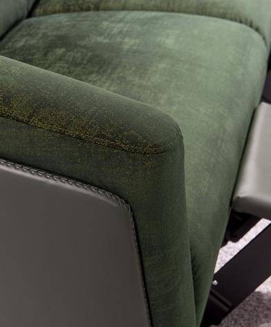 Zbliżenie na podłokietnik sofy Gondoliere marki Kler, pokazujące łączenie skóry i tkaniny oraz ozdobny szew kontrastowy.