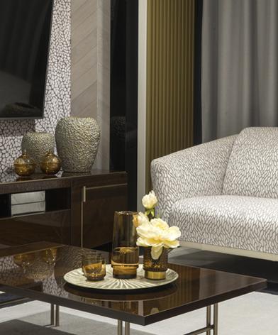 Brązowy stolik z oferty Kler i stojąca obok sofa Gondoliere