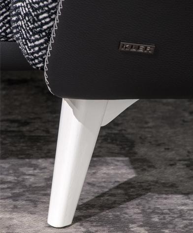 Zbliżenie na białą, drewnianą nóżkę narożnika Gondoliere z oferty Kler