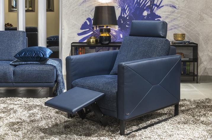 Fotel Estrada z oferty marki Kler - niebieskie obicie (skóra, tkanina) i czarna, metalowa płoza.