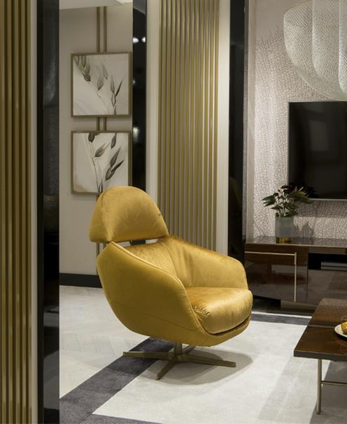 Komfortowy, rozkładany, fotel Cornetta marki Kler w złotym kolorze