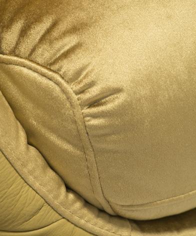 zbliżenie na dekoracyjne odszycia złotej tkaniny na fotelu Cornetta marki Kler