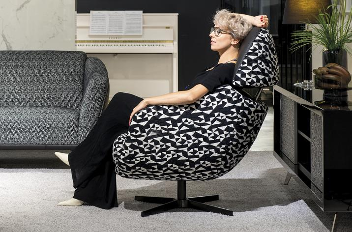 Kobieta siedząca komfortowo w fotelu Cornetta z ofery Kler.