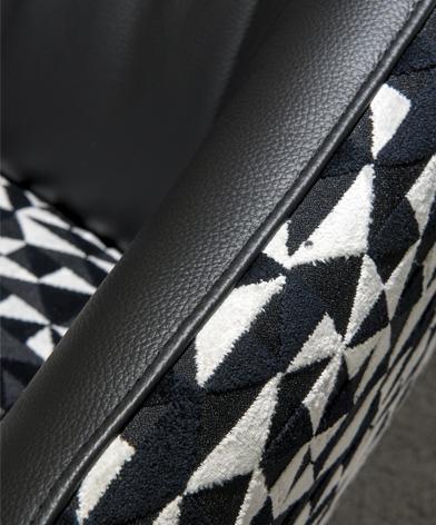 Zbliżenie na podłokietnik fotela Cornetta - łączenie tkaniny i skóry