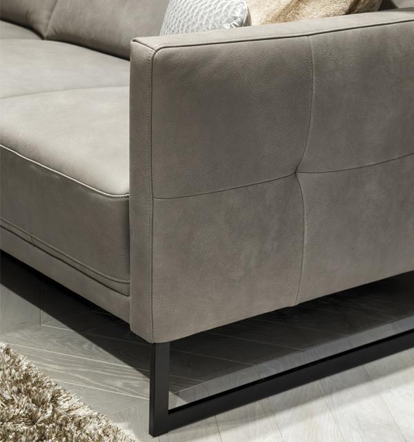 Zbliżenie na podłokietnik i metalową podstawę fotela z Kler Estrada. Dekoracyjne przeszycie podłokietnika.