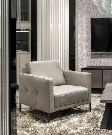 Elegancki fotel w szarej skórze, z czarną, metalową płozą - kolekcja Kler Estrada