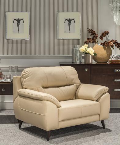 Komfortowy fotel Bartolo z kolekcji Kler, stojący w salonie.