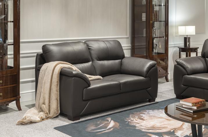 Brązowa sofa Fiorello z oferty firmy Kler na drewnianych nóżkach.