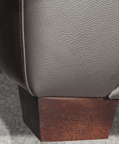 Zbliżenie na drewnianą nóżkę fotela Fiorello firmy Kler