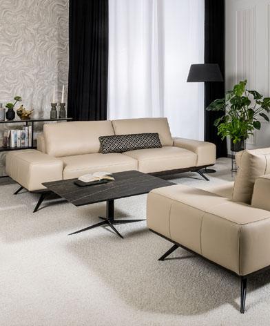 Elegancki salon, w którym stoją sofy Figaro Uno firmy Kler. Meble wykonane w beżowej skórze.
