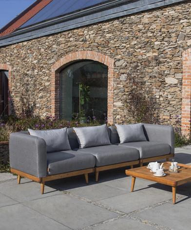 3-osobowa sofa ogrodowa Nourd z oferty Kler. Konstrukcja wykonana z drewna, siedzisko i oparcie tapicerowane, w kolorze szarym.