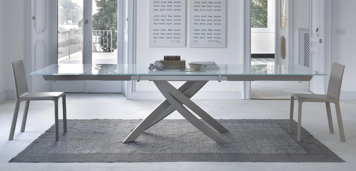 Stół ze szklanym blatem, na nowoczesnej jasnej podstawe firmy Bontempi z kolekcji Artistico z oferty Kler.