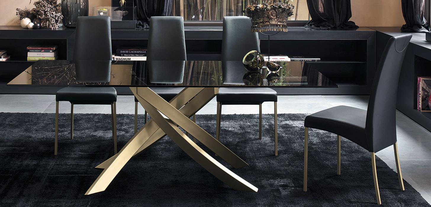 Piękny, stół z czarnym lśniącym blatem i złotą podstawą z kolekcji Artistico Bontempi z oferty Kler.