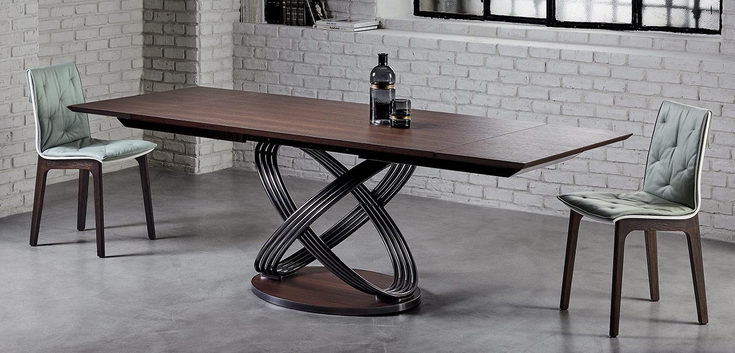 Wyjątkowy stół Fusion firmy Bontempi z oferty Kler. Piękny, z drewnianym, ciemnym blatem na oryginalnej, metalowej podstawie w towarzystwie krzeseł.