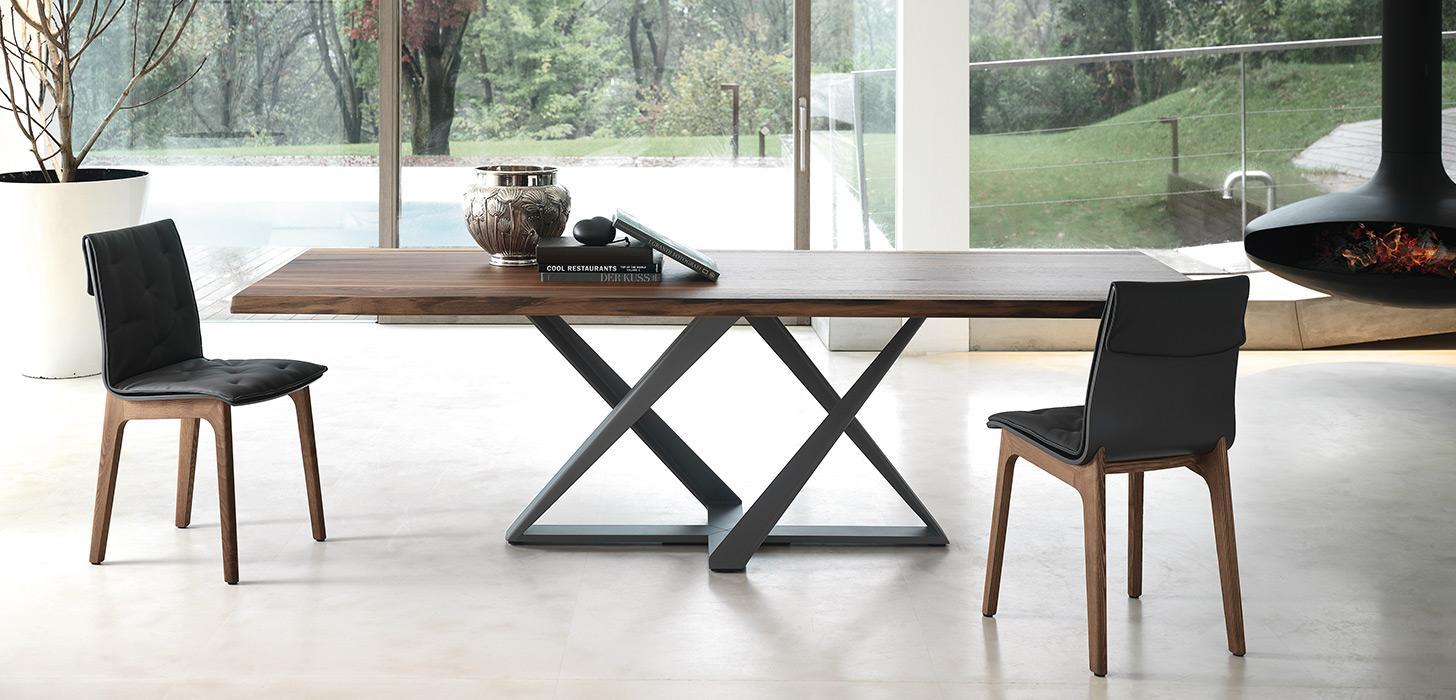 Stół Millenium z oferty Kler firmy Bontemp wraz z krzesłami. Stół z drewnianym blatem na nowoczesnej podstawie.
