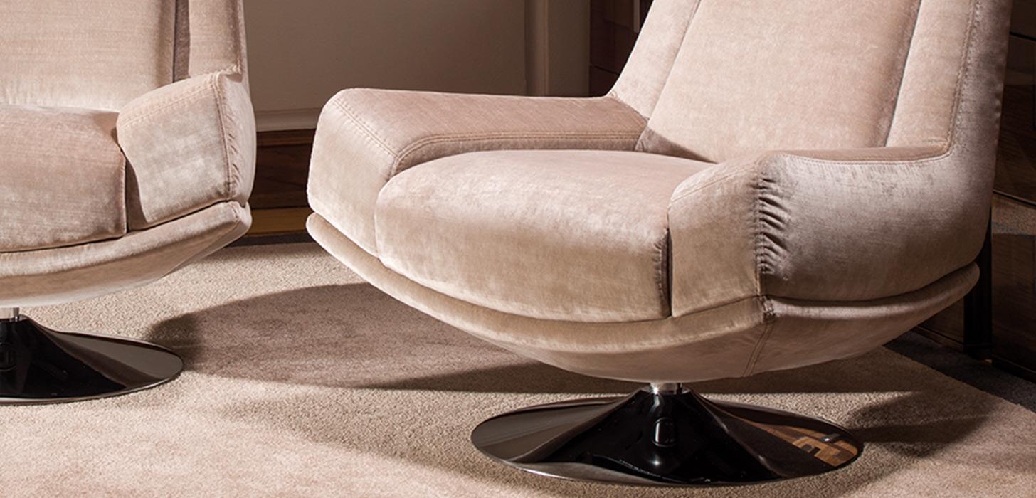 Zbliżenie na chromowaną,okrągłą, podstawę fotela Kler Andante.