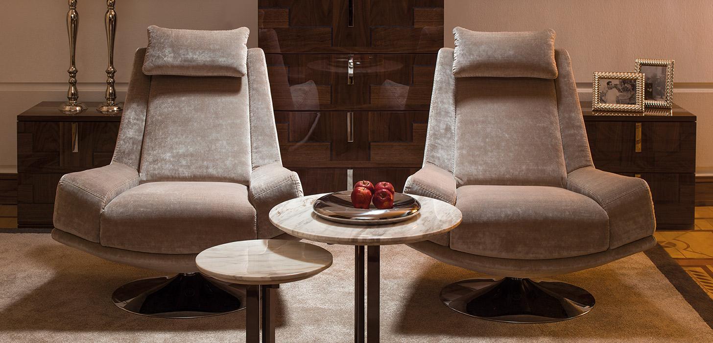 Dwa eleganckie beżowe fotele Andante, z niskim podłokietnikiem z oferty firmy Kler