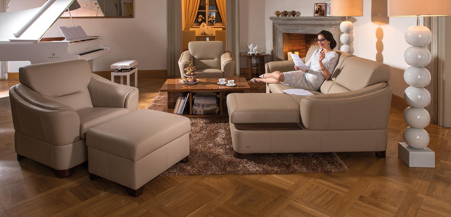 Kolekcja mebli Arpeggio w beżowym obiciu, umieszczona w eleganckim salonie.
