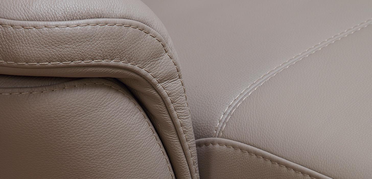 Zbliżenie na dekoracyjne przeszycie podłokietnika - fotel Fantasia marki kler