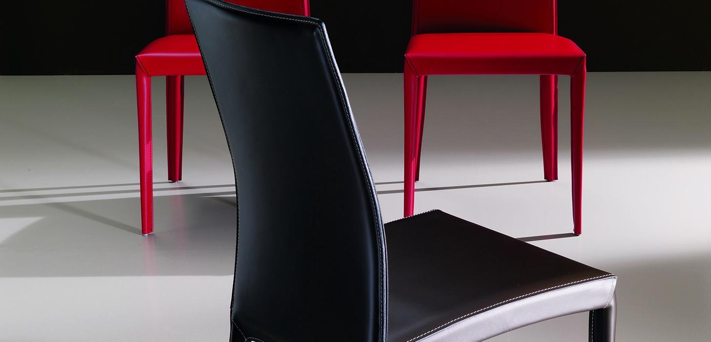 Piękne, tapicerowane krzesła w kolorze czarnym i czerwonym z kolekcji Kefir Bontempi z oferty Kler.