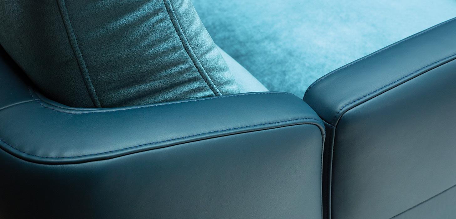Zbliżenie na dekoracyjne odszycia podłokietnika z niebieskiej skóry - kolekcja Diva marki Kler