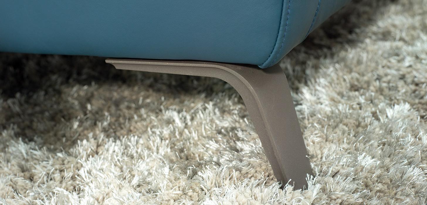 Zbliżenie na nóżkę sofy Diva wykonaną ze stali